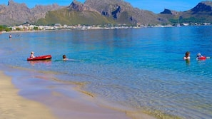 Am Strand, Liegestühle, Sonnenschirme, Kajakfahren