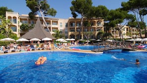 Una piscina cubierta, 4 piscinas al aire libre, sombrillas, tumbonas