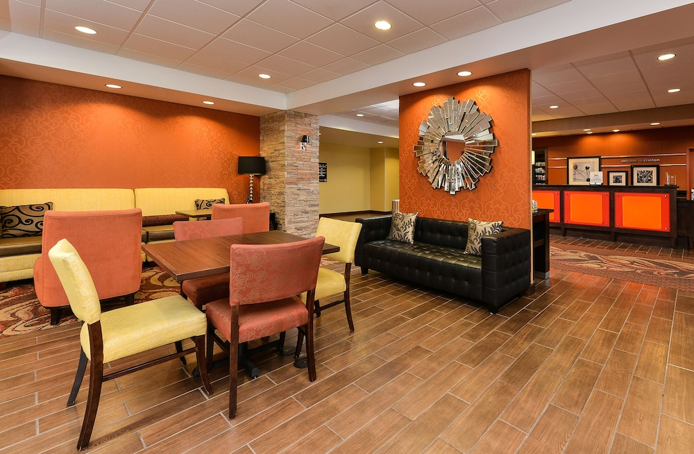 Lobby Sitting Area, Hampton Inn Clinton, IA