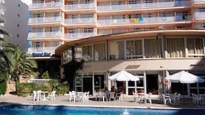 2 piscinas al aire libre (de 10:00 a 19:00), tumbonas