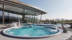 2 piscines couvertes, piscine extérieure