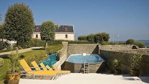 Piscine extérieure (ouverte en saison), chaises longues