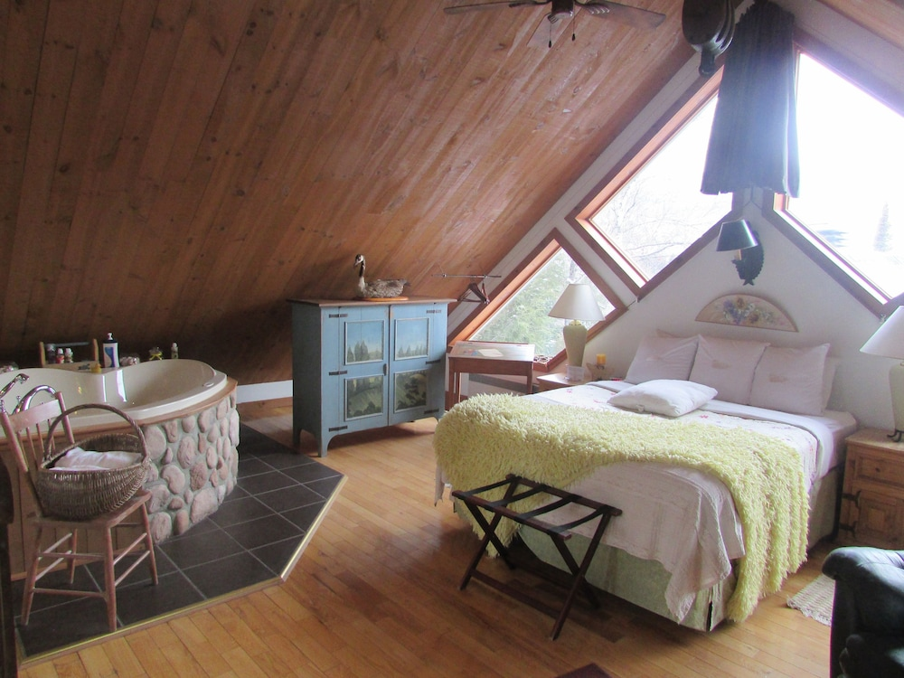 Suite Tremblant, 1 Queen Bed with Jacuzzi in Room - Featured Image