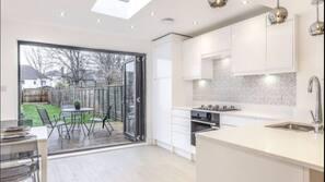 Réfrigérateur, four, fourneau de cuisine, bouilloire électrique