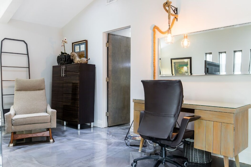 , Elegant Suite in Bishop Arts District Mid Century Resort