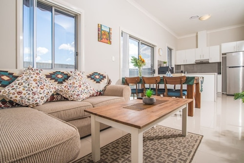 Peaceful 2kingbed Rootyhill Townhouse Near Station