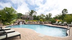 Seasonal outdoor pool, free cabanas, sun loungers