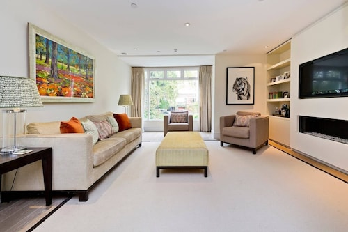 Spacious & Tasteful 4-bed House in Holland Park