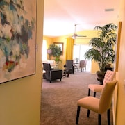 DOG Friendly, Sleeps 7 Elegant + Cart, Location Closest to Sumter Sq, Pools