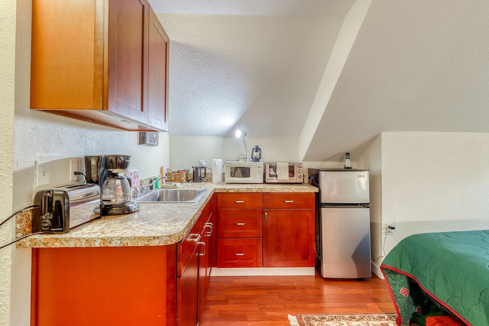 Private Kitchen, Dog-friendly Studio w/ Beautiful Garden - Close to Beach Access, Town & Winery!
