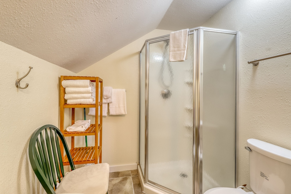 Bathroom, Dog-friendly Studio w/ Beautiful Garden - Close to Beach Access, Town & Winery!
