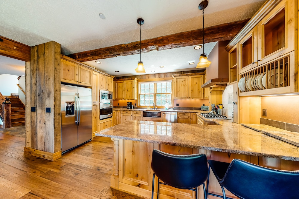 Private Kitchen, Luxurious Mountain Chalet w/ Private hot tub & Three Fireplaces, Close to Skiing