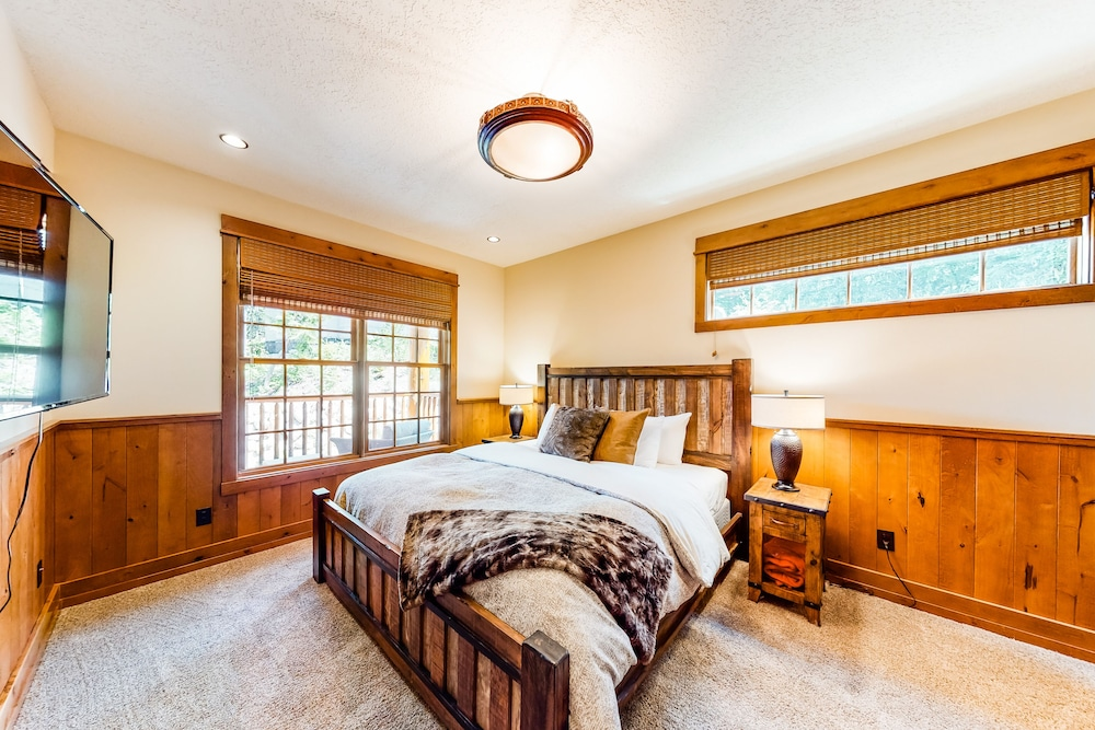Room, Luxurious Mountain Chalet w/ Private hot tub & Three Fireplaces, Close to Skiing