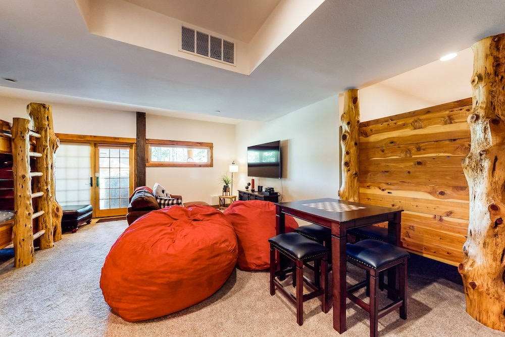 , Luxurious Mountain Chalet w/ Private hot tub & Three Fireplaces, Close to Skiing