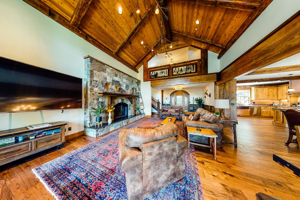 Living Room, Luxurious Mountain Chalet w/ Private hot tub & Three Fireplaces, Close to Skiing