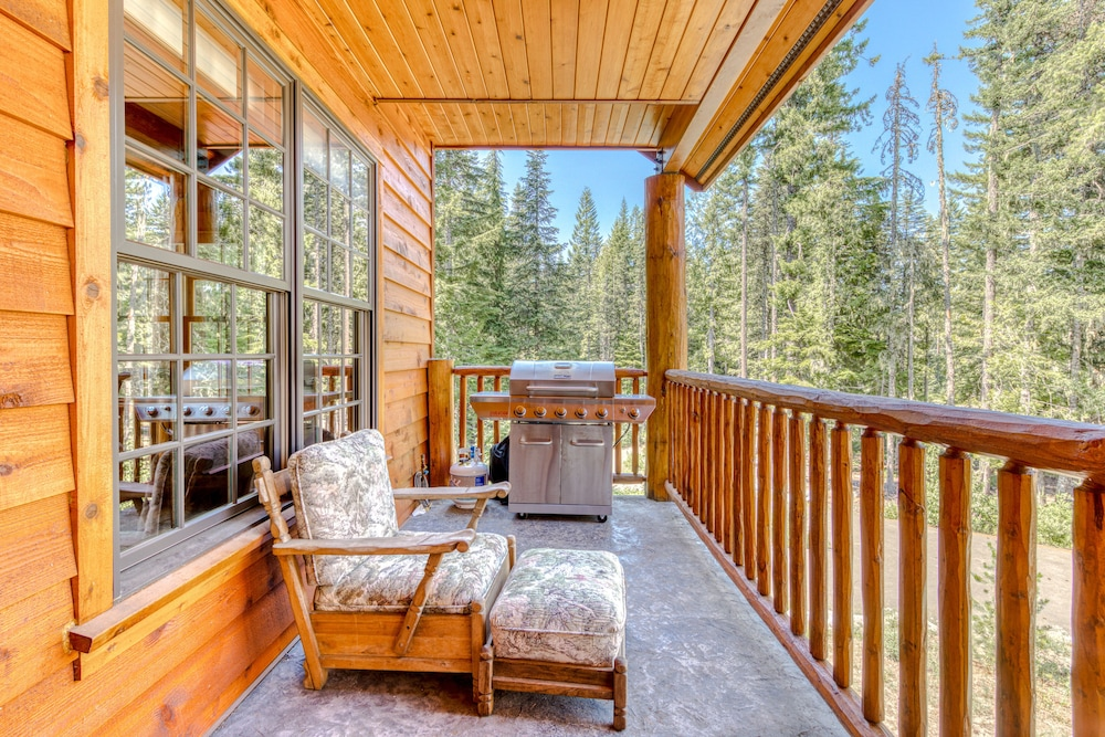 Balcony, Luxurious Mountain Chalet w/ Private hot tub & Three Fireplaces, Close to Skiing