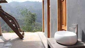 浴缸連淋浴設備、番梘、洗頭水、廁紙