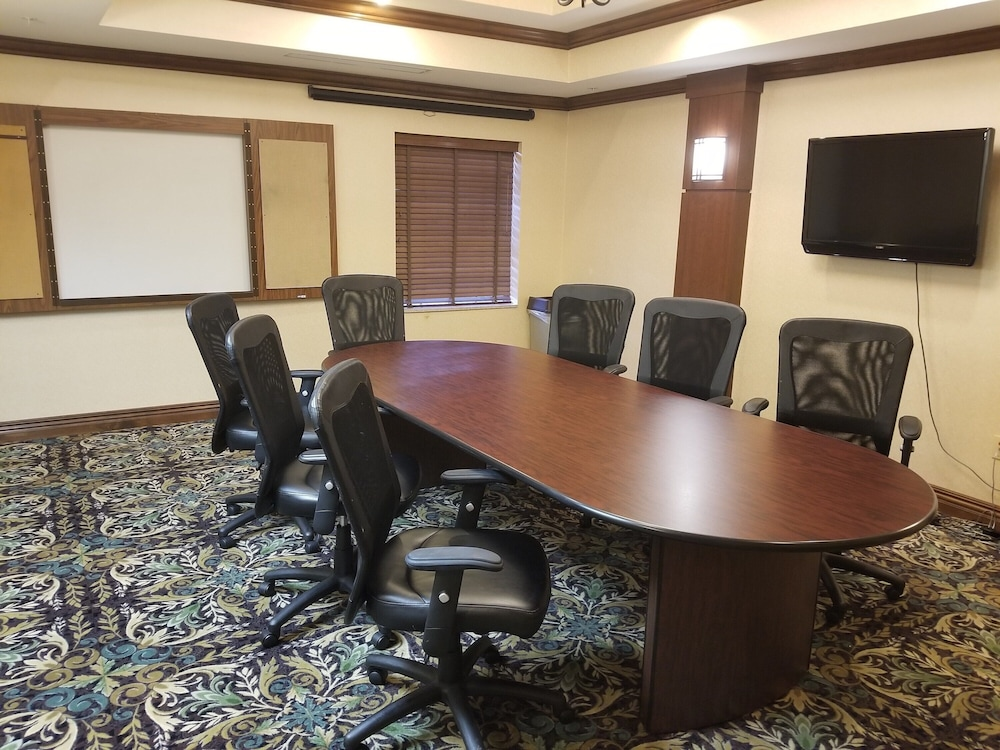 Meeting Facility, King Suite. Free Breakfast. Offsite Pool Access. Gym. Near Mercy Hospital Northwest Arkansas!