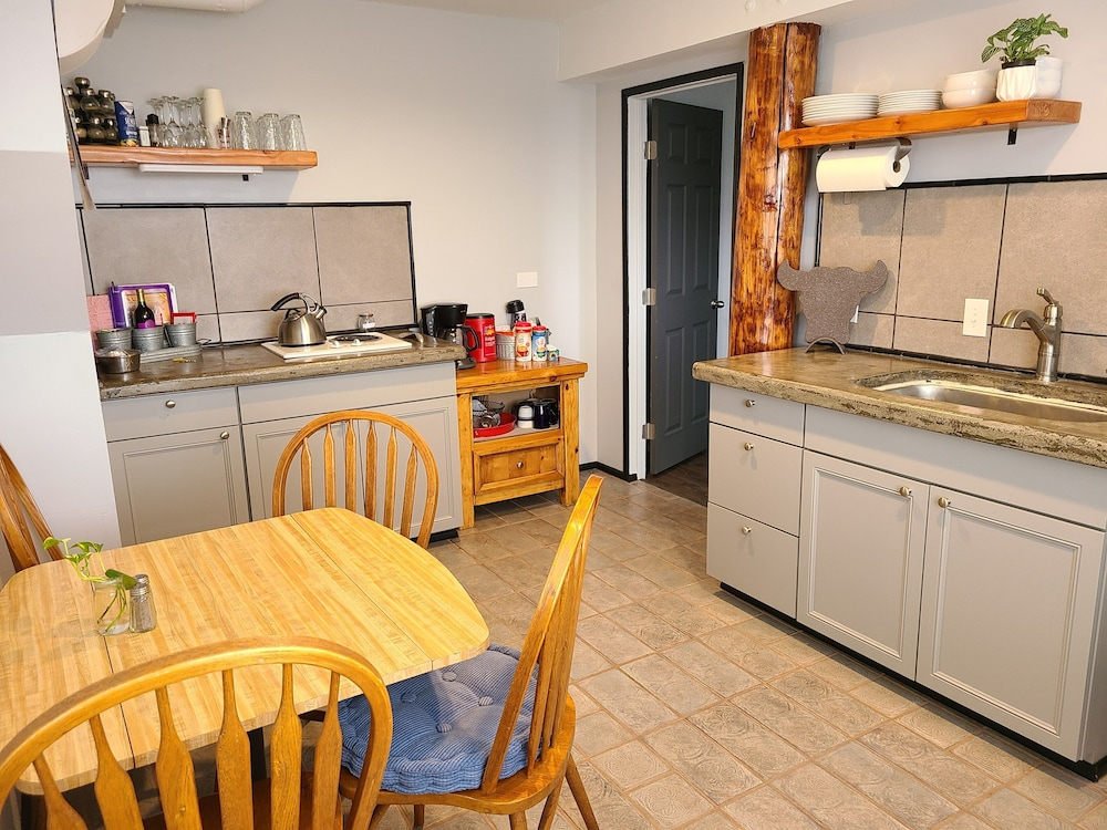 Private Kitchen, King bed 3 Miles to Downtown