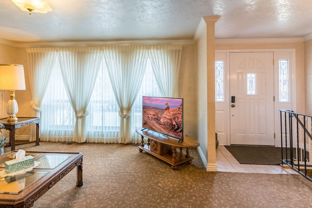 , The Family Crash Pad: King Beds, Full Kitchen, Family Room