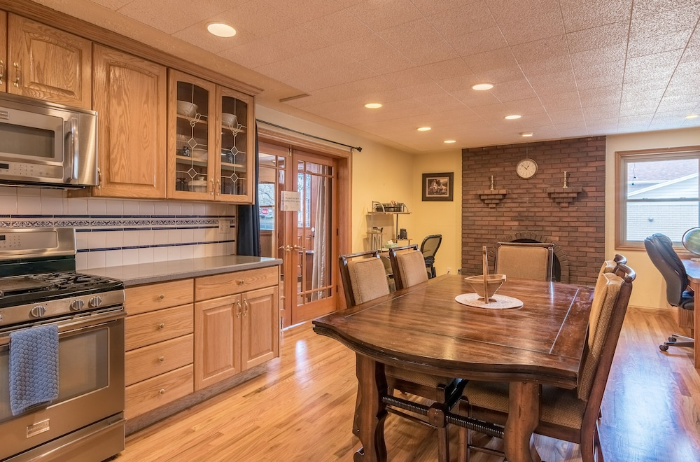 Private Kitchen, The Family Crash Pad: King Beds, Full Kitchen, Family Room