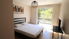 Laptop workspace, free cots/infant beds, free WiFi, linens