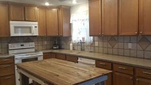 Mikroaaltouuni, astianpesukone, keittoastiat/astiat/ruokailuvälineet
