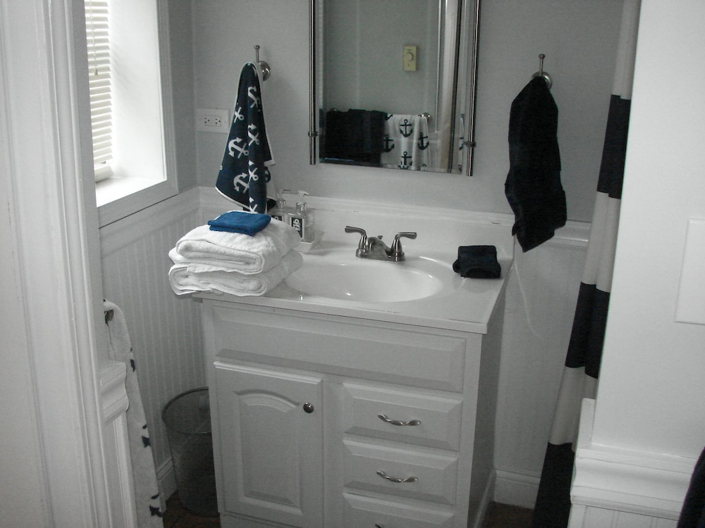 Bathroom, Great Get-a-way Lakefront House - 2 Bdrm/2 Bath