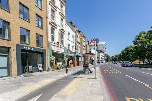 Modern 1 Bedroom Flat in Zone 2, Close to Tube