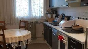 Réfrigérateur, four, lave-vaisselle, cafetière/bouilloire