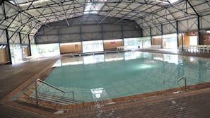 Piscine couverte, 3 piscines extérieures, chaises longues