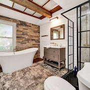 Spacious Urban Riveredge Loft With Soaking Tub