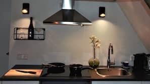 Een oven, een kookplaat, een vaatwasser