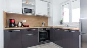 Full-sized fridge, oven, hob, electric kettle