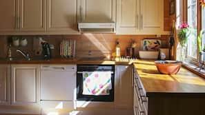 Kjøleskap, mikrobølgeovn, kokeplater og oppvaskmaskin
