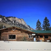 Beautifully Renovated 3 Bedroom log Cabin in Amazing Setting Near Purgatory