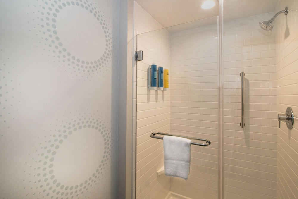 Bathroom Shower, Tru By Hilton Norfolk Airport