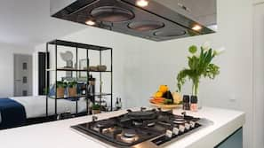 Full-sized fridge, microwave, oven, coffee/tea maker