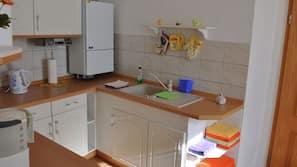 Kühlschrank, Wasserkocher mit Kaffee-/Teezubehör