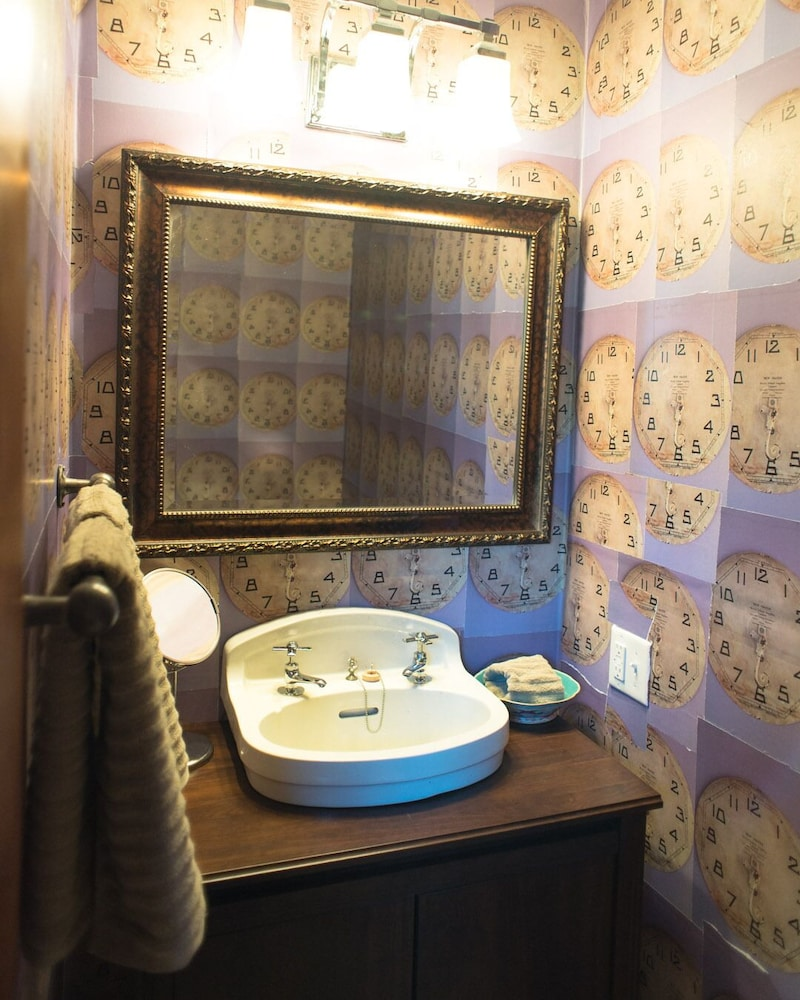 Bathroom, Locust & Starr Inn