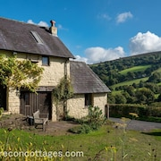 Cosy Cottage With Authentic Fireplace in the Breathtaking Duffryn Valley
