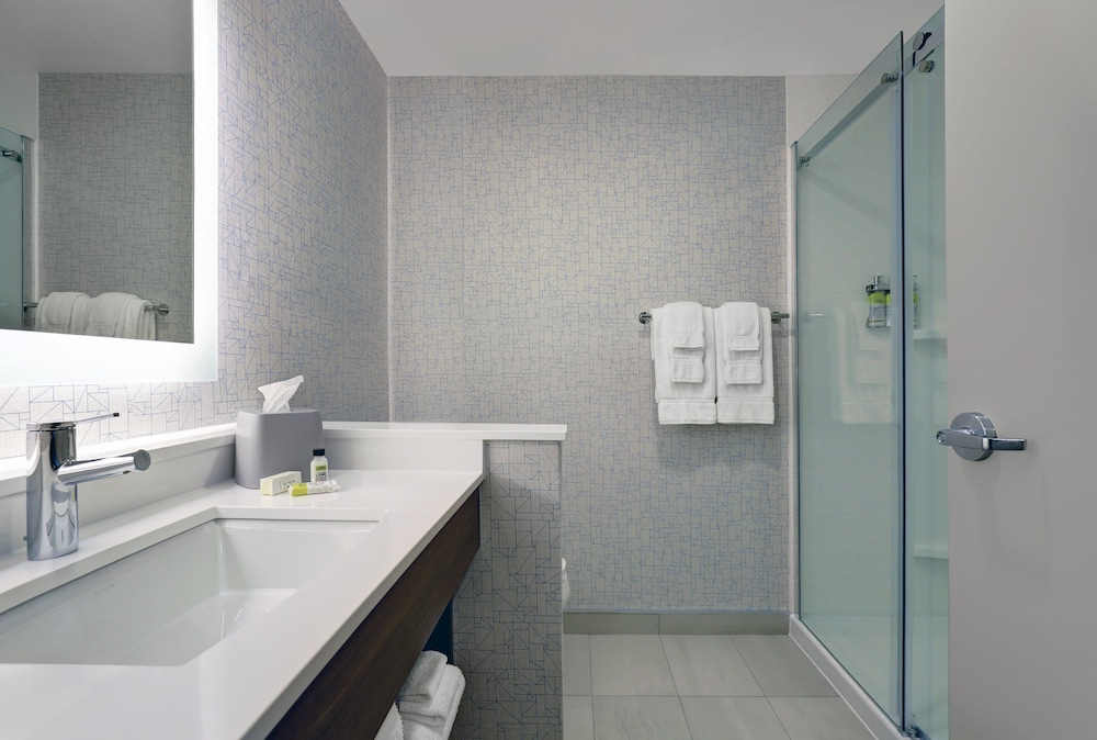 Bathroom, Holiday Inn Express & Suites Port Elgin, an IHG Hotel