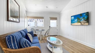 OPENING Aug. 1, 2020 CHRAMING COASTAL COTTAGE - 3 MINUTE WALK TO GORGOUS BEACH