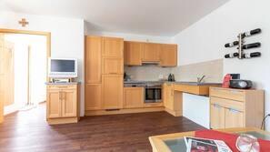 Geladeira, fogão, cooktop, cafeteira/chaleira