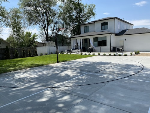 Clean /sanitized Luxury Home With High End Furniture & Bedding Pickle Ball Bball