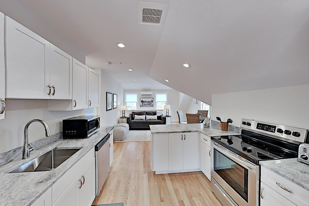 Private Kitchen, New Lavish Condo in Heart of Downtown Chatham - Walk to Dining, Shops & Beach