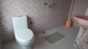 Dusj, dusjhode med hydromassaje, håndklær og såpe