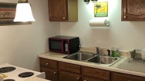 Geladeira, micro-ondas, fogão, cafeteira/chaleira