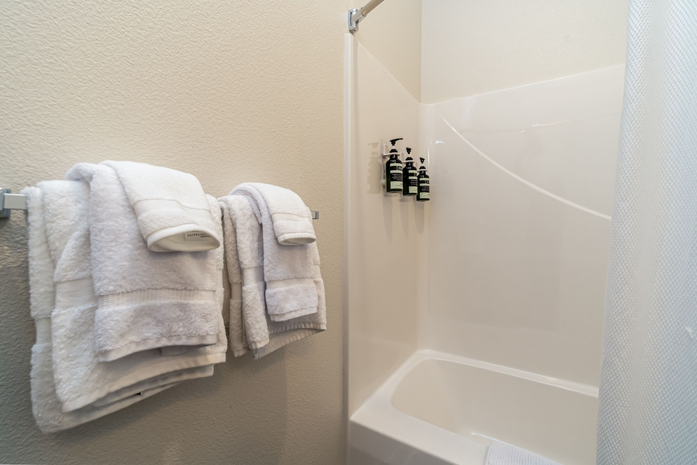 Bathroom Amenities, Kasa Des Moines Downtown Apartments