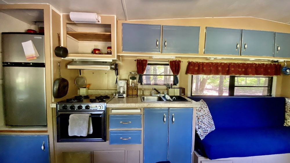 Private Kitchen, Damselfly II Nature Retreat Vintage Camper